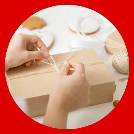 Paket mit pünktlich fertiggestellter Textilie wird zugeschnürt